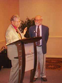 El psicólogo Rex Stanford (Presidente de la PA) premia al físico Edwin May por sus contribuciones a la parapsicología.