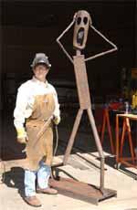 Daryl Paulson en su taller de esculturas en hierro