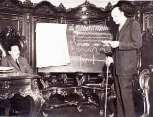 Disertando en la Primera Conferencia de Estudios Parapsicológicos en Utrecht, Holanda, en 1953.
