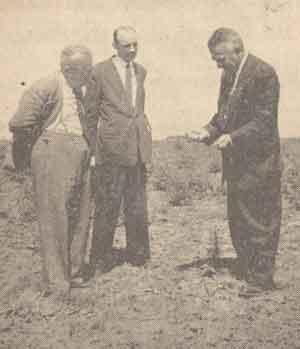 De izq. a der. Ing. B�scolo y Canavesio en una prueba junto al radiestesista Armando King.