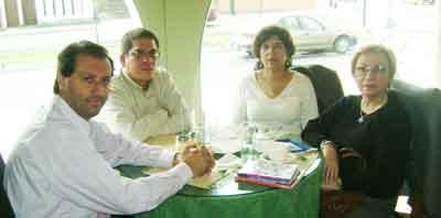 De izq. a der. Alejandro Parra, Luis Espinosa Paul, Maria de los Angeles Medrano, y María Amelia Aréstegui durante un almuerzo después de la conferencia en la Universidad Inca Garcilaso de la Vega.