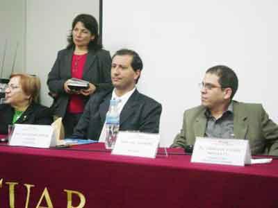 De izq. a der. María Amelia Aréstegui, Elvira Bernales (de pie), Alejandro Parra y Luis Espinosa Paul en la presentación organizada en la Universidad Alas Peruanas.