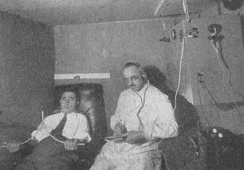 El neuropsiquiatra Ferdinando Cazzamalli en un estudio con un radiestesista (1935)
