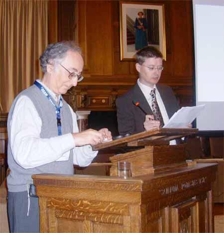 Chris Roe presenta a Brian Josephson, Premio Nobel interesado en parapsicología.
