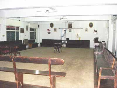 Salón de sesiones, en el primer piso de Luz del Porvenir. Pueden observarse los bancos en los que se sientan los médium, y en el medio, la mesa de tres patas donde la Directora de sesión y el consultante se ubican para las sesiones de orientación espiritual.