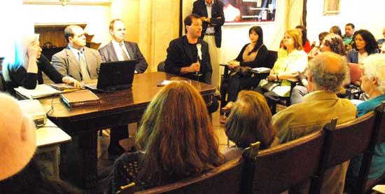 Dos momentos de la mesa redonda Visiones Extraordinarias, de izq. a der. Leonor Hernández, Marcelo Acquistapace, y Wim Kramer junto a Alejandro Parra.