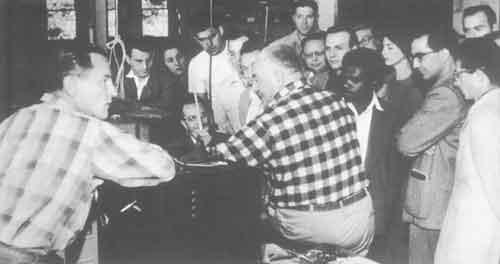 Reich junto a un grupo de estudiantes.