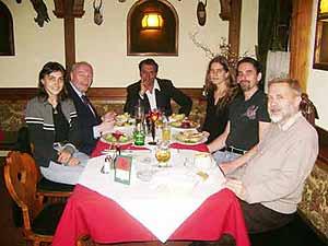 Cena de cierre de la conferencia en la Universidad de Viena, junto a Dr. Peter Mulacz (izq.), Alejandro Parra y varios miembros de la asociación vienesa.