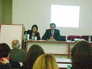 Presentación de la conferencia de Parra en la Facultad de Comunicación y Relaciones Públicas de la Universidad de Bucarest, en Rumania. A la izquierda, la Dra. Mihalea Milanescu.