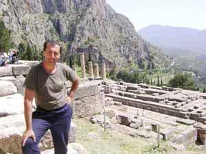 Alejandro Parra en las ruinas del Oráculo de Delfos, en las afueras de Atenas, en Grecia.