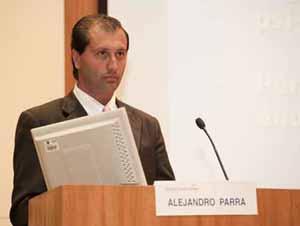 """Alejandro Parra durante su presentación en el Simposio de la Fundación BIAL """"Aquem e Alem do Cerebro"""" en Oporto."""