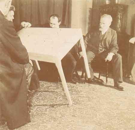 Desde 1888, las capacidades paranormales de Eusapia atrajeron la atención de las principales figuras de la comunidad internacional de investigadores psíquicos, mereciendo el título de diva de los científicos.