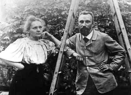 El físico francés Pierre Curie (1859-1906) fue pionero en el estudio de la radiactividad. Galardonado con el premio Nobel de Física en 1903, en 1895, se casó con Marie Sklodowska Curie (1867-1934), hija de profesores polacos, con quien desarrolló una importante parte de sus investigaciones. Fue la primera mujer que obtuvo dos Premios Nobel en dos diferentes campos (física y química).