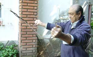 Roberto Blanc realizando una demostración en el patio de su casa, en Sierra de la Ventana.
