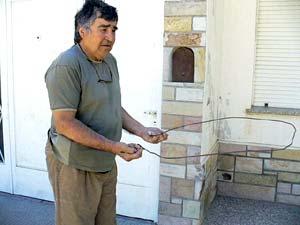 Néstor Pagalday ensayando con su varita de alambre de hierro, por las calles de su barrio, en la ciudad de Tornquist.