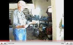 El buscador de agua Pedro Belate, en la puerta de su taller, en Saldungaray, con su varita de alambre de cobre (ver YouTube en http://www.youtube.com/watch?v=I2gK9O_14No)