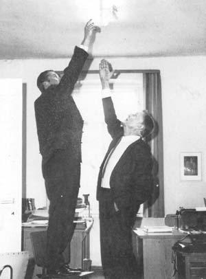 El Prof. Bender estudiando las disfunciones eléctricas del poltergeist de Rosenheim. Los poltergeists y ciertos avistamientos OVNI también tienen puntos en común con el SLI.