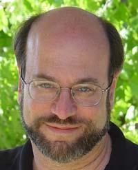 Para el investigador paranormal Loyd Auerbach, la SLI se puede explicar como resultado del reflejo de los faros de los coches en las células fotoeléctricas de las farolas.