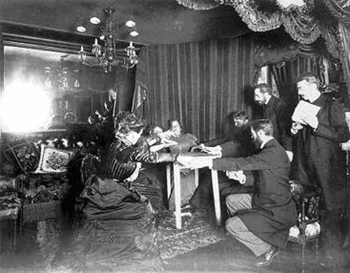 Eusapia Palladino puede ser descrita como una medium-mixta. Si bien ha producido fenómenos paranormales genuinos, también lograba engañar cuando tenía oportunidad. De hecho, cuando Thurston fue testigo de la levitación de una mesa ofreció u$ 1.000 a cualquiera que pudiera probar que Palladino no podía levitar la mesa sin trucos ni fraude.