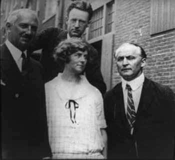 Un rara fotografía de Harry Houdini y la medium Margery (Mina Crandon). Houdini la desenmascaró cuando encontró una regla en un gabinete con la cual quizá haya podido simular efectos espiritistas ante testigos. Sin embargo, Houdini habría descubierto que la Sra. Crandon tenía la cooperación de su experimentador (arriba, en la foto) cuando tomaba las manos de éste y las colocaba entre los muslos de la médium.