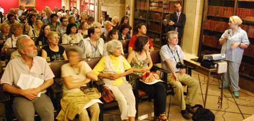 Patricia Arca Mena durante su exposición y detalle del público participante