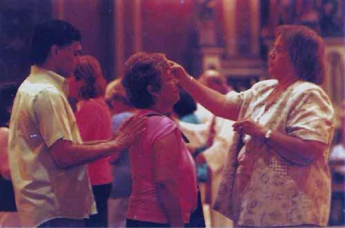 Prácticas de posesión del Espíritu Santo del catolicismo carismático en Buenos Aires. Esta práctica religiosa redefine los límites entre lo espiritual, lo mental y lo corporal en concepciones holísticas con un énfasis en la transformación, la calidad de vida y el confort personal.
