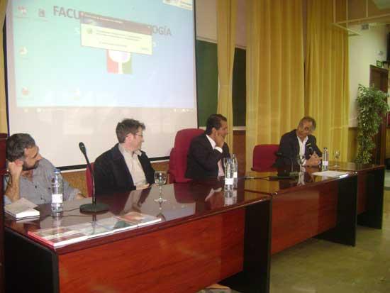 De izq. a der. Manuel Castillo Garzón, José Miguel Pérez Navarro, Alejandro Parra y Francisco José Tornay Mejías durante el debate en la UG acerca de parapsicología.