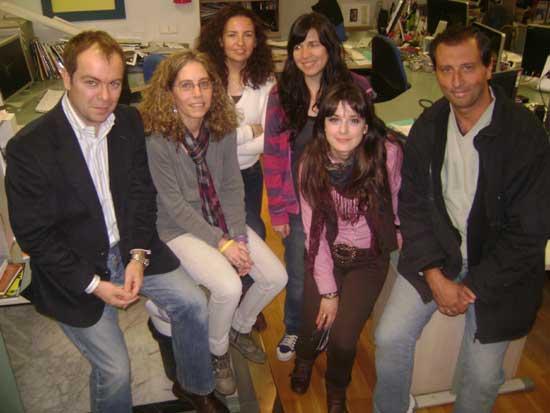 De izq. a der. Javier Sierra, Maricamen Sánchez, Clara Tahoces, y el equipo editor de Más Allá junto a Alejandro Parra en la redacción de la revista en Madrid.