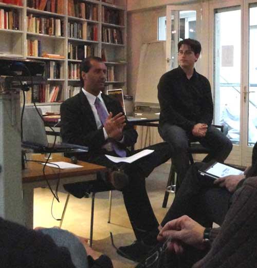 Conferencia abierta al público de Alejandro Parra sobre el post-efecto de la terapia de grupo humanista para experiencias anómalas. A la derecha, Renaud Evrard traduciendo al francés.