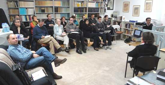 """Presentación de Djohar Si Ahmed. Participantes del """"Tercer Encuentro Internacional de Expertos en Parapsicología Clínica"""""""" en el IMI."""