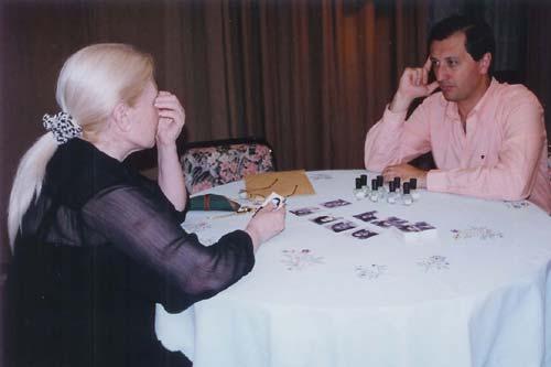 Los participantes manipulaban las fotografías, pero operaban en forma individual. El experimentador distribuyó sobres que contenían las fotografías, junto a una hoja de respuestas con las instrucciones de la prueba por escrito.