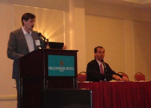 Juan Manuel Corbetta (de pie) junto a Alejandro Parra en su presentaci�n.