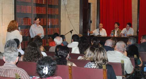 Momento del debate entre el p�blico y los expositores (de pi� Juan Corbetta).