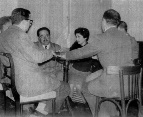 Reunión del Grupo de La Plata. A la izquierda, con anteojos, J. Ricardo Musso. De frente, el doctor Luis A. Boschi y Olga Figini. De espaldas, José María Feola.
