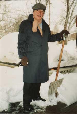 José María Feola en la puerta de su casa en Kentucky, Minnesota.