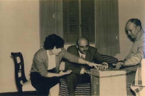 Preparativos para una reunión del Grupo de La Plata. De izquierda a derecha: Olga Figini (esposa de Feola), el doctor Orlando Canavesio y Fernando del Mármol.