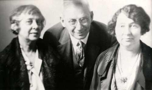 Ferenczi junto a Rainer Maria Rilke (der.)  confirma su interés por la cuestión de la personificación espiritista y la mediumnidad. Según Ferenczi, los médiums deben sus habilidades a una regresión al nivel de la omnisciencia infantil.