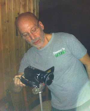 El Profesor Stephen Braude que visitó al grupo en Hanau, grabó con videocámara infrarroja una sesión. No encontró nada sospechoso. Sin embargo, aunque se mantiene neutral, es favorable a considerar como genuinos algunos fenómenos de los que fue testigo, al menos en parte.