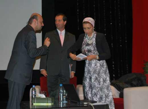 El Prof. Alejandro Parra durante su conferencia en la Opera de El Cairo, en Egipto, para disertar sobre parapsicología.