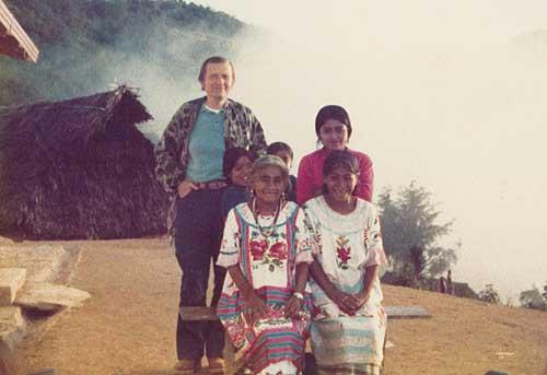 Stanley Krippner junto a la famosa chamán mexicana Maria Sabina, y su familia.