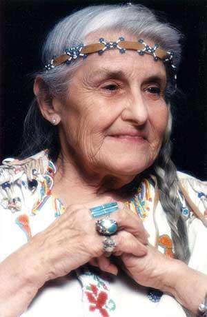 La abuela Twyla Hurd Nitsch enseñó al autor muchos de los objetos y animales de poder que se empleaban cuando los chamanes realizaban ceremonias curativas.