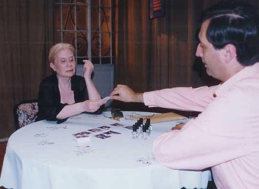 Alejandro Parra junto a la psíquica Leonor Hernández durante un experimento de psicometría. Es posible que muchas personas estén más familiarizadas con el método de la psicometría que la radiestesia, que usualmente requiere años de entrenamiento, y reglas más rigurosas.