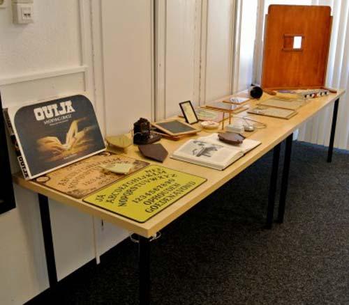 Algunos de los objetos expuestos durante la conferencia, entre ellos, tableros ouija, manuscritos antiguos, pinturas y escrituras automáticas de varios médiums y dispositivos para la comunicación espiritista.