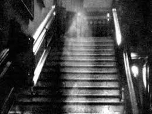 El fantasma desafía el principio sagrado de la propiedad, puede traer un mensaje de muerte. El imaginario occidental ata lo espectral a la casa. Su habitar desafía en primera instancia la propiedad, representa un parásito que cohabita con el resto de los mortales desafiando nuestro hábitat.