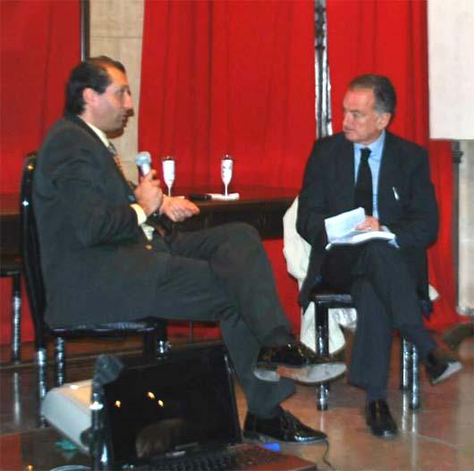 Acto de Presentación de Las Alas de Psiqué en el Museo Roca de Buenos Aires. Alejandro Parra (izq.) es entrevistado por el periodista Horacio Embon, el Sabado 18 de Octubre del 2014.