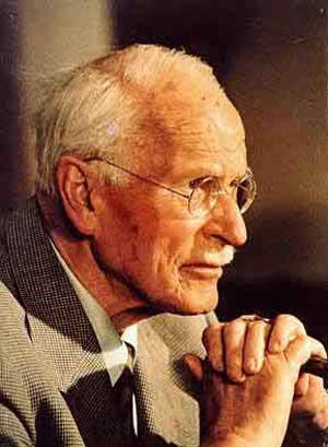 El psiquiatra suizo C.G. Jung, conocía los términos percepción extrasensorial, psicokinesis y psi. Jung (1960) publicó dos importantes libros sobre lo paranormal, y consideraba a la PES y a la PK como un proceso al que denominó sincronicidad: Dos o más eventos constituyen sincronicidad cuando entre ambos eventos hay una conexión significativa, pero sólo es sincronístico cuando la significación es el principio de conexión eventos, carente de toda conexión mecánica causal entre ambos (Jung, 1960, pp.849-850).