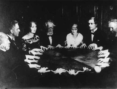 El rechazo a la posibilidad de la comunicación con espíritus sirve para denigrar la experiencia de la mediumnidad y/o el trance mediúmnico, así como las personas que practican estas supuestas conductas psicopatológicas.