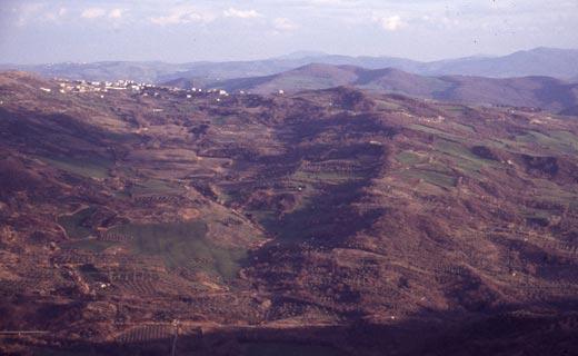Detalle del territorio de Lucania (al sur de Italia), en 1957, donde De Martino llevó a cabo sus estudios folklóricos, como estados disociativos, sanadores, y también efectos físicos inexplicables.