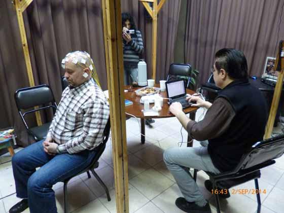 Imagen 5: Sujeto en reposo, con los electrodos conectados y siguiendo las indicaciones de Aníbal Melgar durante el EEG Base.