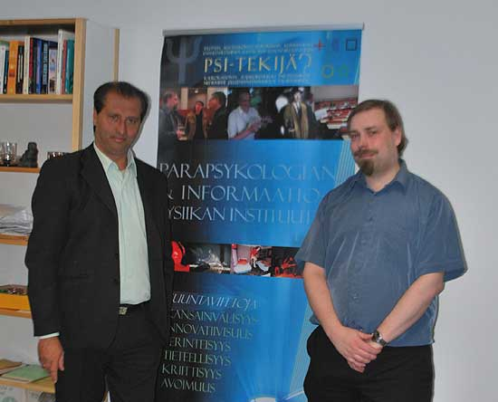 Junto a Jani Lassila en el Parapsykologian Instituutti (Instituto de Parapsicología) de Helsinki en Finlandia.